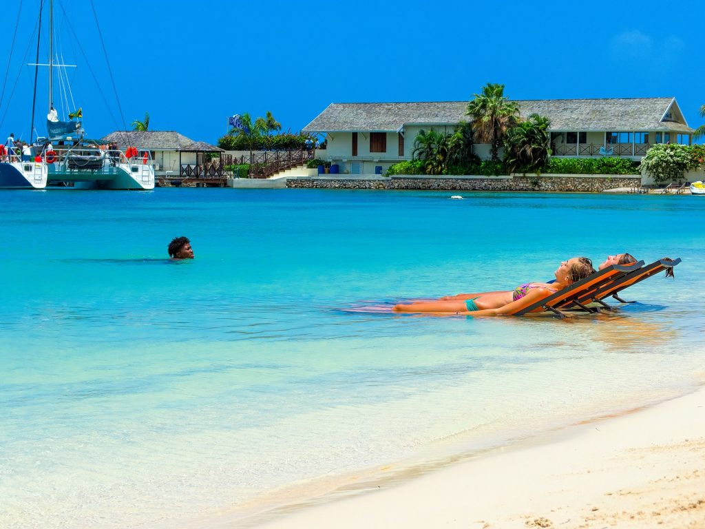 Read more to find out which are the top 5 cheapest islands in the Caribbean that you can visit now and the weekly cost per couple.